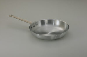 "12-5/8"" Fry pan, Aluminum w/ silicone handle sleev"